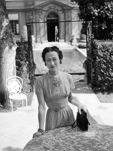 L´Odyssée de Cartier 28 - The Duchess of Windsor in the garden of Villa Trianon, Versailles, owned by Lady Mendl (Elsie de Wolfe), May 1949